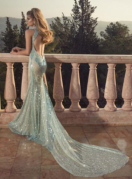 שמלת ערב ארוכה עם גב פתוח.